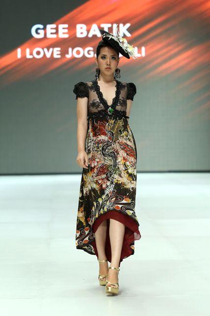 Model dress batik kombinasi brokat cenderung digunakan untuk ke pesta. 4459337e39