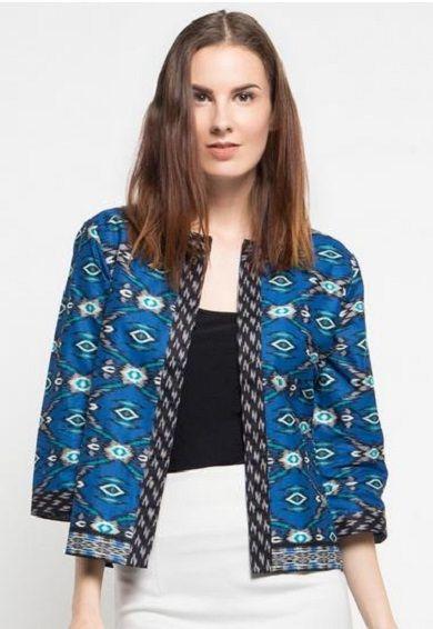 Tidak hanya wanita dewasa saja yang menyukai blazer batik, kalangan muda pun tidak ingin ketinggalan. Walaupun blazer batik cenderung berkesan formal, ...